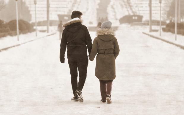 романтическая пара на зимней прогулке по городу