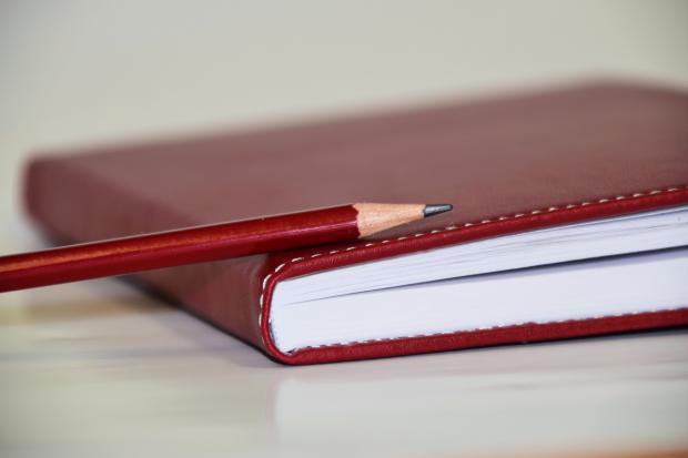 блокнот и простой карандаш