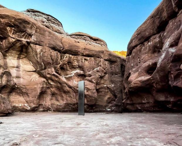 Металлическая фигура в пустыне