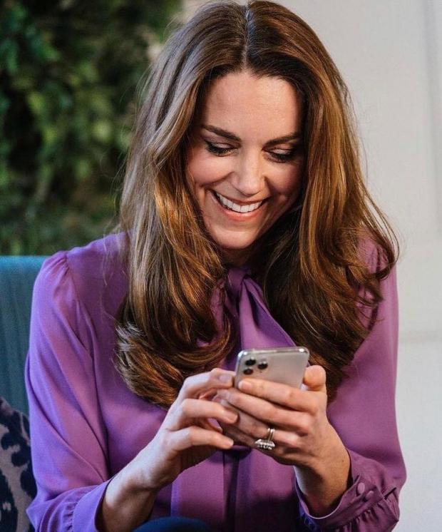 Кейт Миддлтон смотрит в мобильный телефон