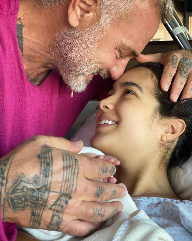 Джанлука Вакки с невестой и новорожденной дочерью