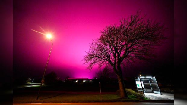 Фиолетовое свечение в небе
