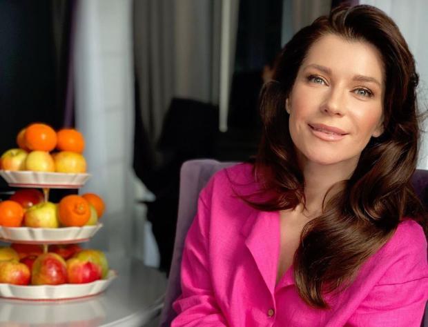 Екатерина Волкова в яркой розовой блузе