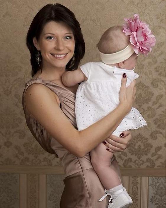 Екатерина Волкова с маленькой дочкой на руках