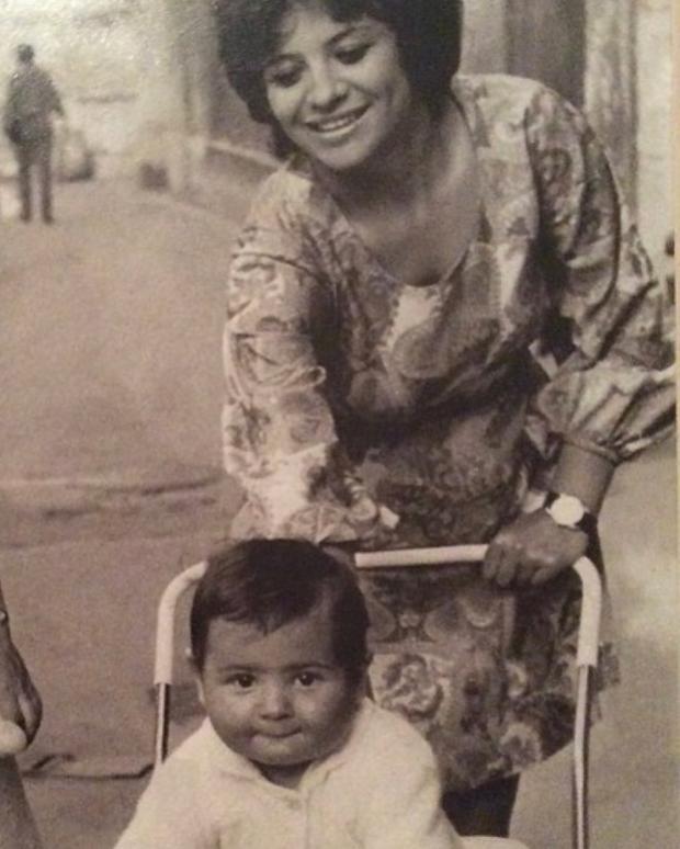 Черно-белой фото Стаса Костюшкина с мамой