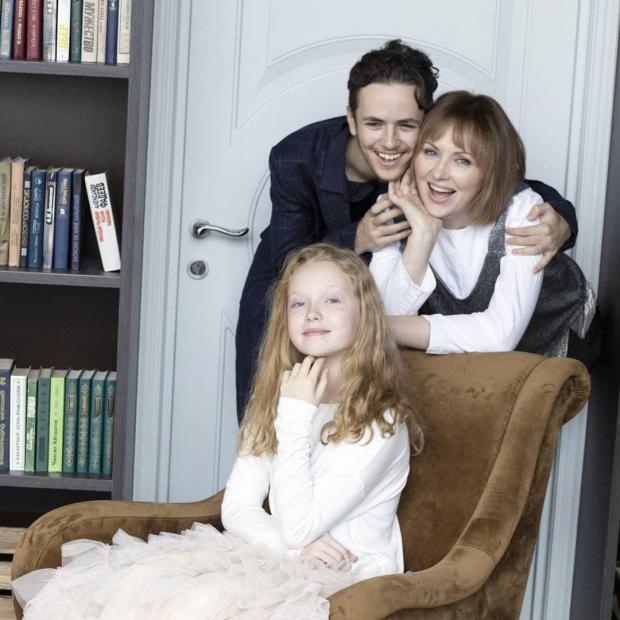 Елена Ксенофонтова с сыном и дочерью