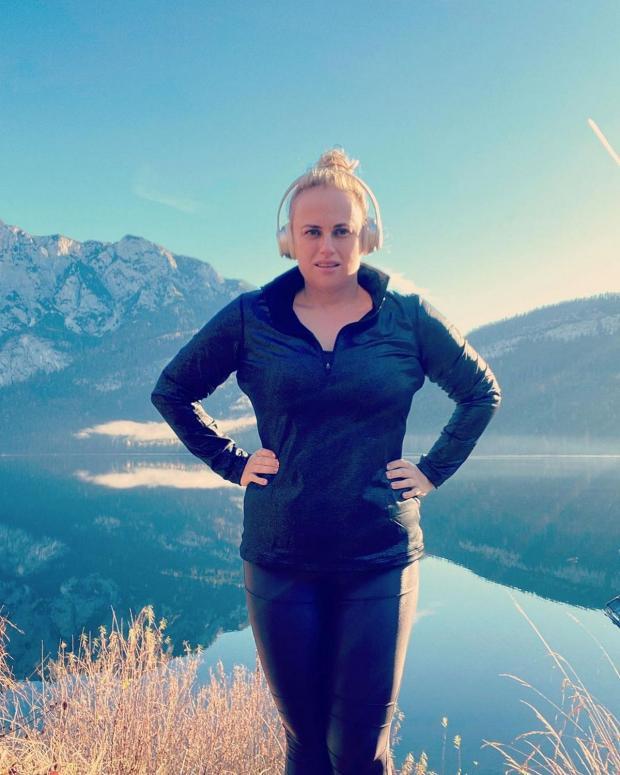 Похудевшая Ребел Уилсон в спортивной одежде