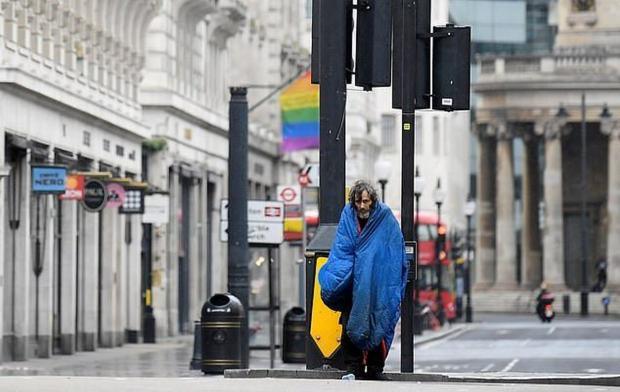 Бездомный идет по улицам Лондона