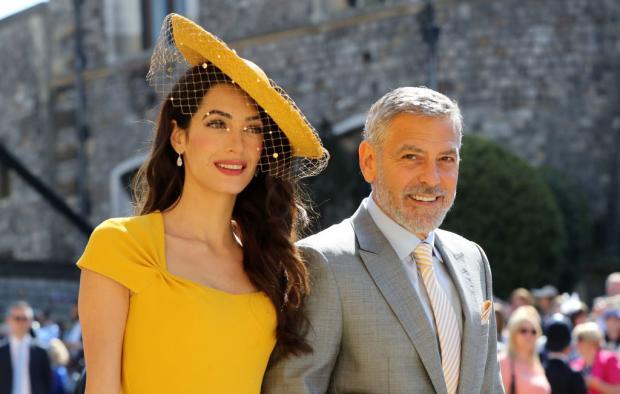 Джордж Клуни и Амаль в красивом желтом платье и шляпке