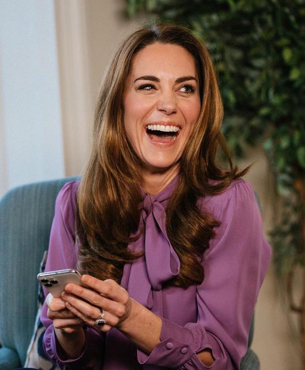 Кейт Миддлтон смеется с широко открытым ртом
