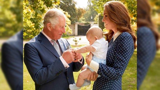 Принц Чарльз держит за руку внука, который сидит на руках у Кейт Миддлтон