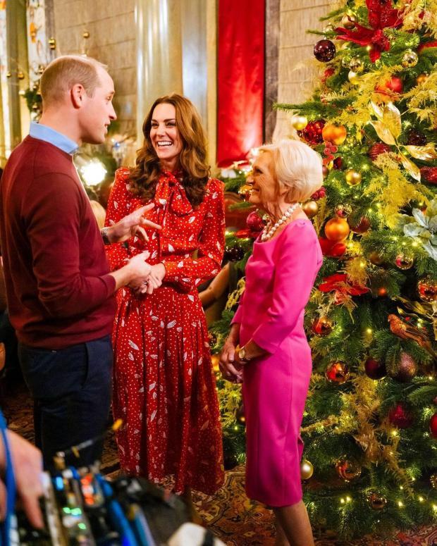 Кейт Миддлтон смеется в разговоре с Принцем Уильямом