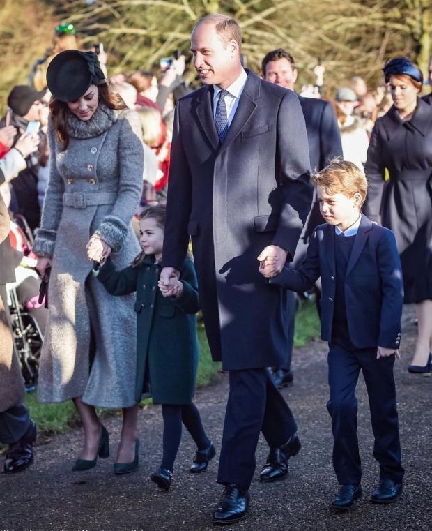 Принц Уильям и Кейт Миддлтон с детьми идут мимо поклонников