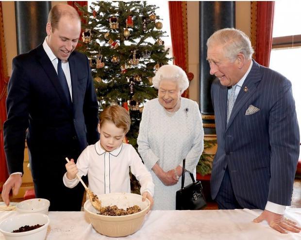 4 поколения королевской семьи Великобритании - королева, Принц Чарльз, Принц Уильям и Принц Джордж