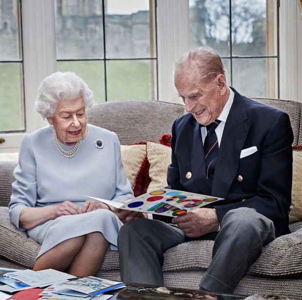 Елизавета и Принц Филипп рассматривают открытку