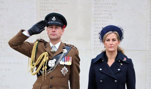 Принц Эдвард отдает честь рядом с женой