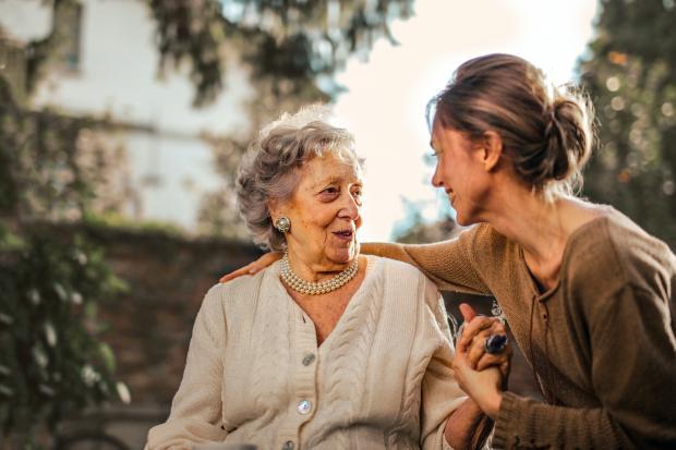 Девушка разговаривает с пожилой женщиной