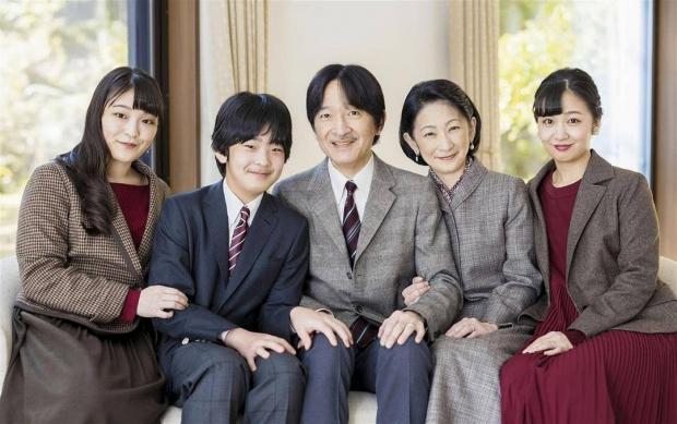 Принц Фухимито с женой и детьми