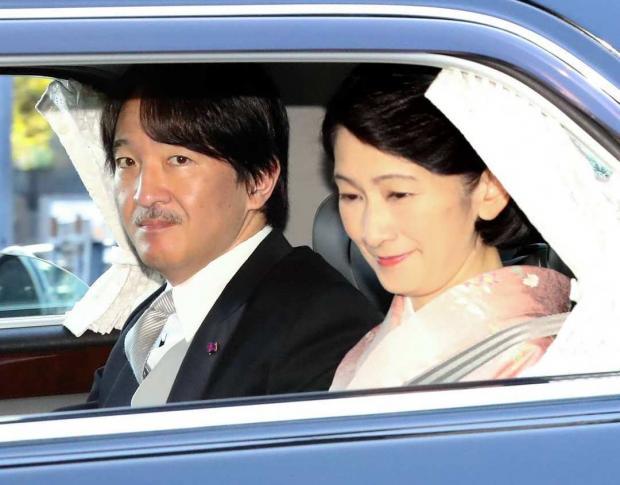 Принц Фухимито едет в авто с супругой