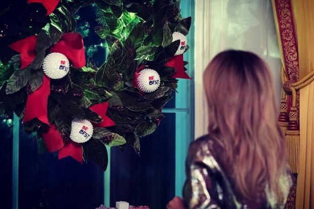 Мелания Трамп стоит у двери украшенной венком