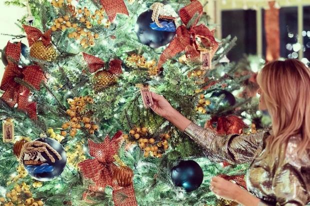 Мелания Трамп украшает елку