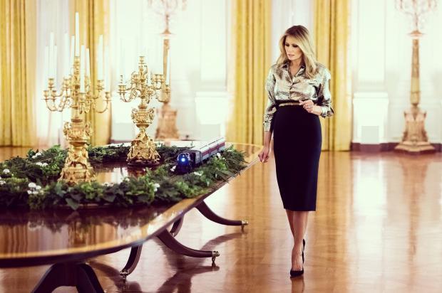 Мелания Трамп идет мимо украшенного стола
