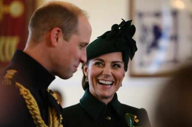 Кейт Миддлтон улыбается, глядя на мужа