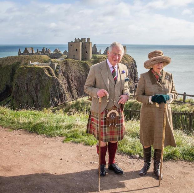 Принц Чарльз в килте с женой позирует на фоне замка