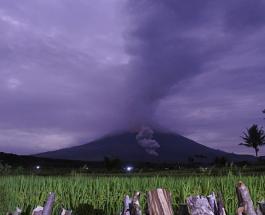 Уникальное явление: фото молнии бьющей в извергающийся вулкан Семеру в Индонезии