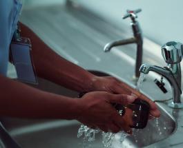 Первый в мире противомикробный смартфон который можно мыть под водой разрабатывают в Британии