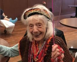 """102-летняя женщина поборовшая рак и дважды переболевшая Covid-19 названа """"непобедимой"""""""