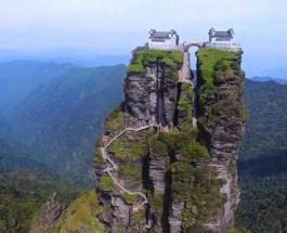 Храмы-близнецы в Китае: удивительные строения расположенные на вершине скалы
