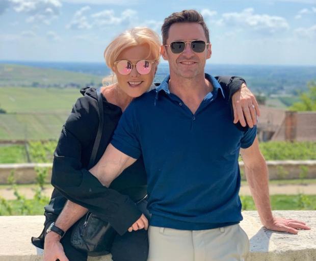 Хью Джекман с женой позируют на фоне красивого пейзажа