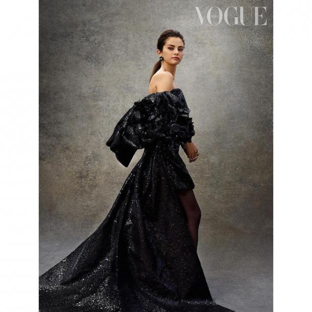 Селена Гомес в красивом черном платье