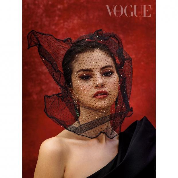 Красивая Селена Гомес с сеткой на лице