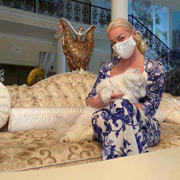 Анастасия Волочкова в красивой маске