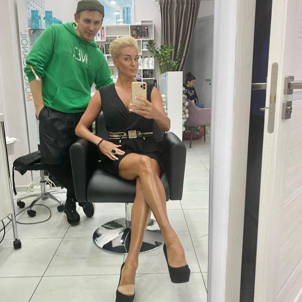 Анастасия Волочкова в кресле парикмахера