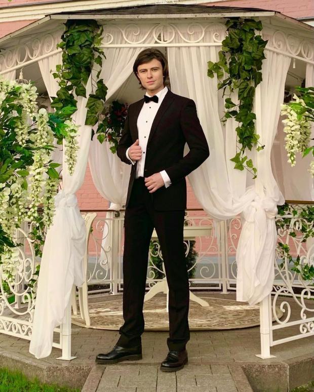Прохор Шаляпин в черном костюме