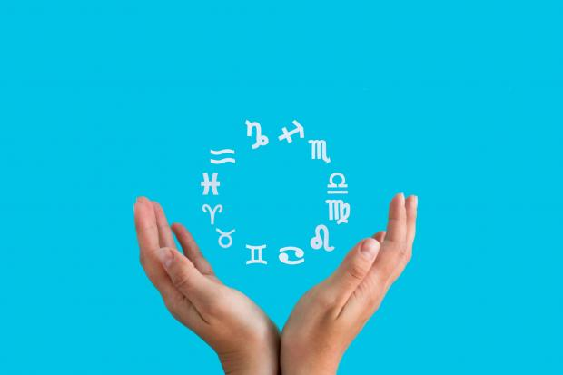 зодиакальный круг и руки человека