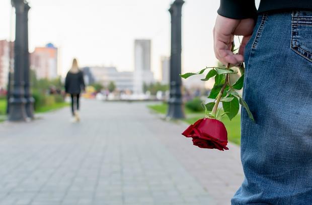 девушка уходит от парня с розой