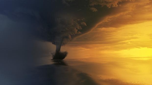 вихрь торнадо в небе