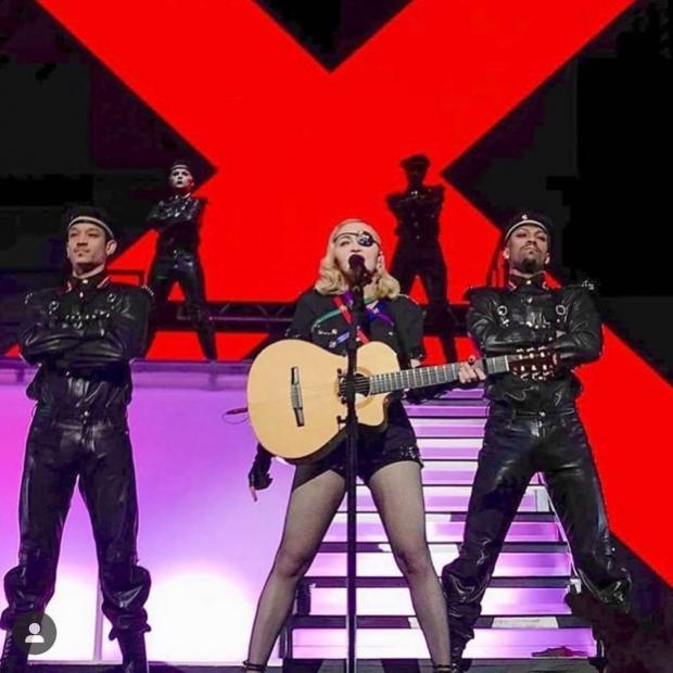 Мадонна на сцене с танцорами