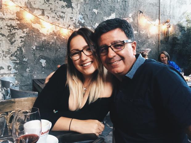 девушка с отцом обнимается