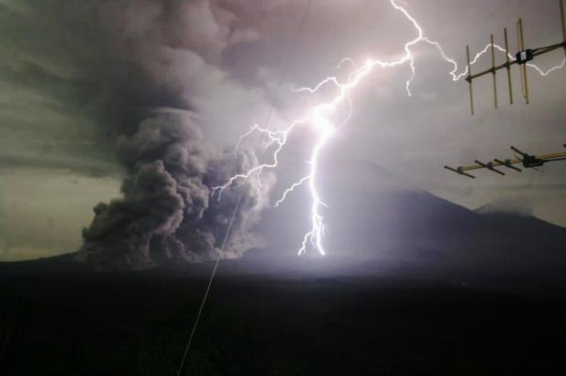 Молния, бьющая в вулкан