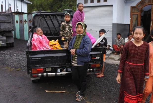 Местные жители острова Ява спасаются от вулкана