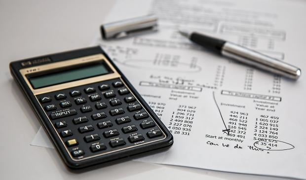 калькулятор, бумага с распечаткой, ручка