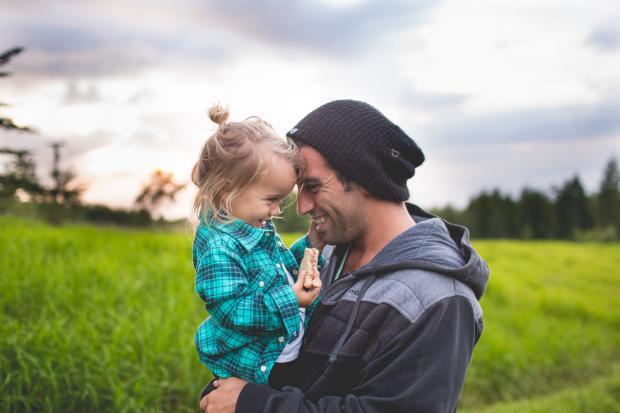 папа обнимает дочь