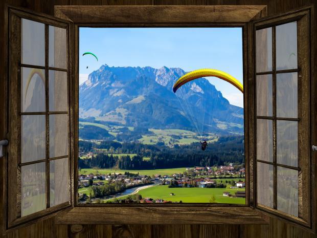 открытое окно на горнолыжный курорт