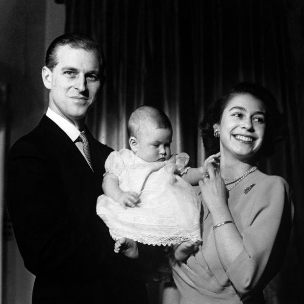 Молодая Принцесса Елизавета и Принц Филипп с ребенком