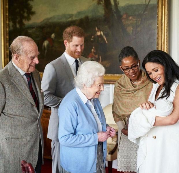 Елизавета II и Принц Филипп знакомятся с правнуком
